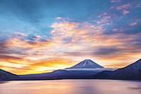 山梨県 本栖湖からの朝焼けと富士山