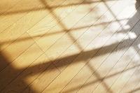 リビングの床に映る夕暮れの窓の影