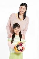 花束を持つ娘と母