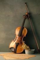 アンティークバイオリンと古い楽譜