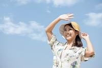 空に手をかざす日本人女性