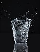 グラスから飛び散る水