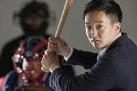 バッターボックスに立つ日本人ビジネスマン