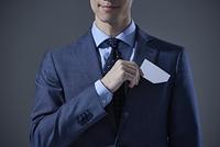 名刺を取り出す日本人ビジネスマン