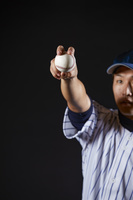 野球ボールを握る日本人ピッチャー