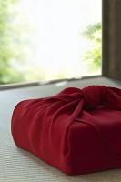 赤い風呂敷に包まれた贈り物