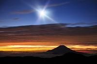 静岡県 富士見平 夜明けの富士山と月(合成)