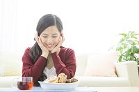 ドーナツを眺める日本人女性