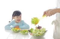 サラダを作るお母さんと女の子