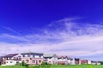 北海道 緑の土手とモダンな住宅の家並み
