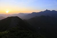 岐阜県 北アルプス樅沢岳より見る夜明けの槍ヶ岳と西鎌尾根