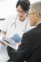 情報提供するMRと医者