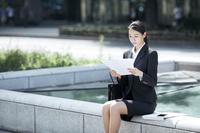 書類に目を通す就活中の日本人女性