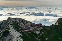 唐松岳山頂から見る唐松岳頂上山荘と雲海