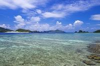 沖縄県 座間味島の宇論の崎からの眺め 嘉比島と屋嘉比島