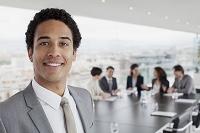 会議室で微笑むビジネスマン