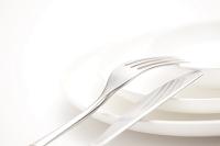 ナイフとフォークと白い皿
