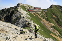 長野県 唐松岳山頂の登山者と唐松岳頂上山荘
