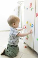 屋内で遊ぶ外国人の赤ちゃん