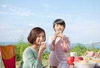 ピクニックをする息子と母親