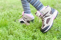 林の中を歩く女性の足元