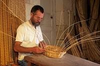 籠を編む職人