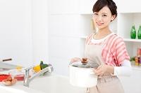鍋を持っている日本人女性