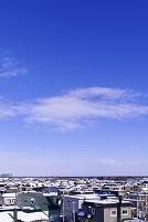 北海道 雪の積もったグランドと住宅地の家並み