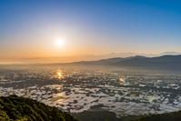 富山県 朝陽に照らされる散居村と山並み