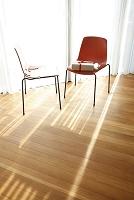 窓辺の2脚の椅子とプレゼント