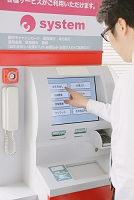 ATMでお金を引き出す男性