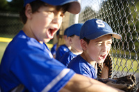 チームメイトを応援する野球少年