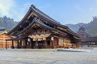 島根県 朝靄の拝殿と御本殿 出雲大社