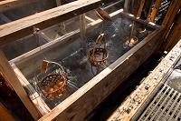 温泉で茹で上がる温泉卵