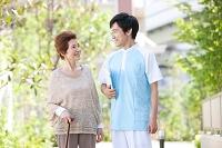 訪問介護をする介護士