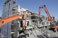 ビルの解体工事とパワーショベル