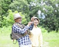釣りをするシニア夫婦