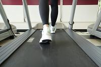 ランニングマシンで運動する女性の足元