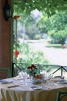 庭の見えるレストランのテーブル