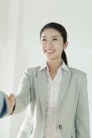握手をするの20代日本人女性