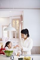 料理をする母親と娘