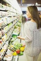 スーパーで買い物をする外国人女性