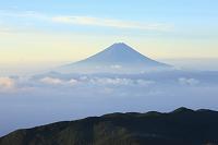 山梨県 国師ヶ岳 朝の富士山と雲海の山並み