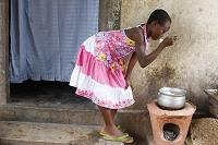 トーゴ 米を食べるアフリカ人の女の子
