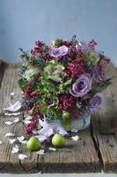 紫色を基調としたテーブルフラワー