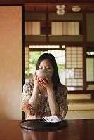 抹茶を飲む日本人女性