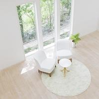 窓辺に置かれた椅子とテーブル