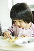 お菓子作りを手伝う日本人の女の子