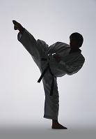 空手の蹴りをする男性