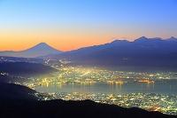長野県 高ボッチ高原 夜明けの富士山と諏訪湖畔の街灯り